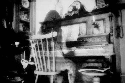 koritsi me to piano