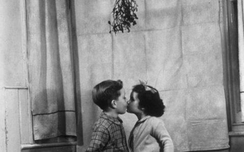 Γιατί φιλιόμαστε κάτω απ' το γκι;