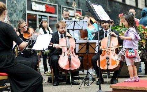 Περαστικοί διευθύνουν ορχήστρα, εσείς θα τολμούσατε;