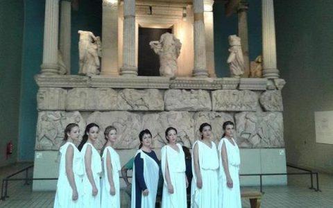"""Ελληνίδες ζωντανές """"Καρυάτιδες"""" στο Βρετανικό Μουσείο"""