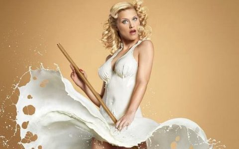 Pin-up μοντέλα με φορέματα από... γάλα