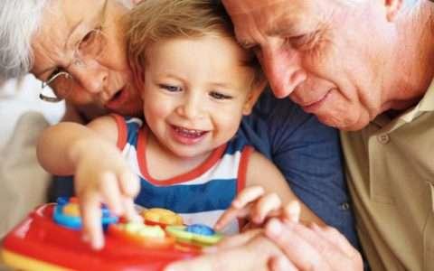 Ποιος θα κρατήσει το παιδί; Οι παππούδες ή «μια γυναίκα»;