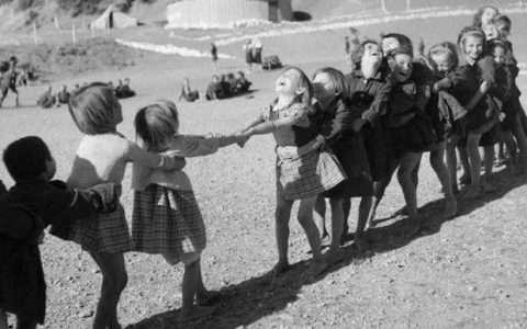 17 σπάνιες φωτογραφίες από τότε που τα παιδιά έπαιζαν κρυφτό, βόλους και μακριά γαϊδούρα
