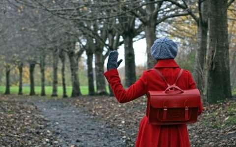 Το κορίτσι με το κόκκινο σακίδιο, από τη Γεωργία Μαυρίδου