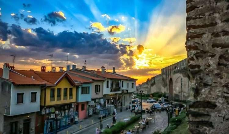 Η Άνω Πόλη Θεσσαλονίκης, λουσμένη στο φως της μέρας