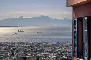 ©George Papanas: κοιτάζοντας από ένα ανοιχτό παράθυρο στην Άνω Πόλη