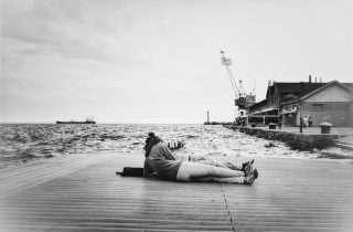 ©Meni Seiridou: ξαπλωμένοι στο Λιμάνι