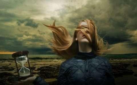 Η προοπτική στην κλεψύδρα, από τη Sabina Tsampikaki