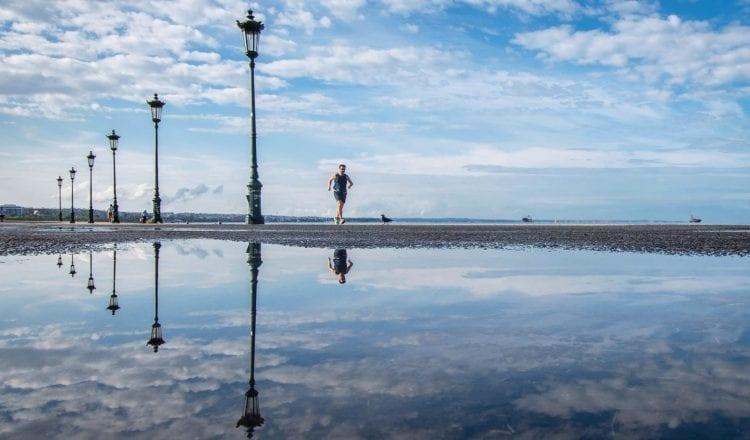 """""""Μετά τη βροχή"""", αντανακλάσεις στη Θεσσαλονίκη, από τον Λευτέρη Τσότσο"""