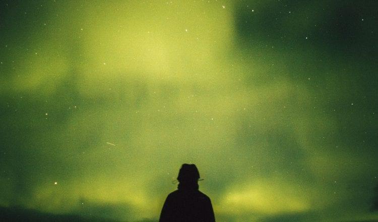 Ο ποιητής μπορεί να διακινδυνέψει τα πάντα για να κατακτήσει την απόλυτη μοναξιά