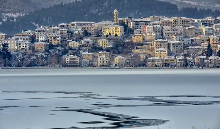 Η παγωμένη λίμνη της Καστοριάς μοιάζει βγαλμένη από παραμύθι!