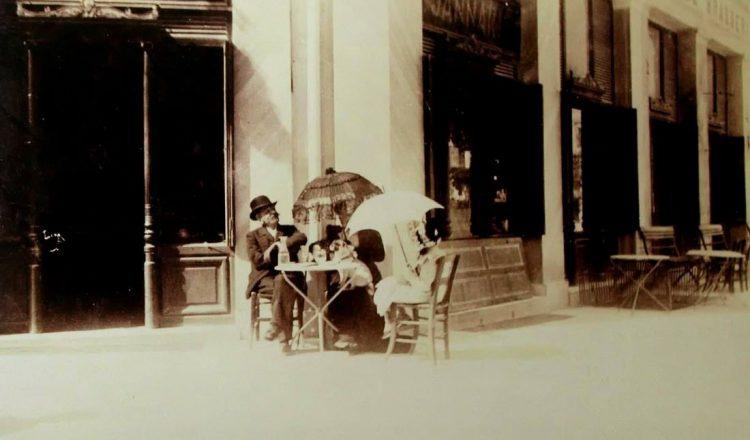 """Πώς καθιερώθηκαν τα """"καλαμάκια"""" των αναψυκτικών στην Αθήνα"""