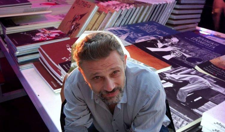 Μια χαραμάδα γεμάτη βιβλία - Νεκτάριος Λαμπρόπουλος