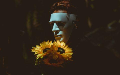 Οι 10 μάσκες που φοράμε καθημερινά και τι σημαίνουν ψυχολογικά