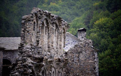 Περιήγηση στην παλιά Μονή Αγίου Διονυσίου και στο Άγιο Σπήλαιο στον Όλυμπο, Μένη Σεϊρίδου