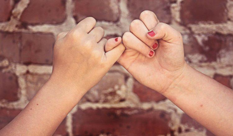 Πώς να συμπαρασταθείς σε ένα φίλο που χρειάζεται βοήθεια