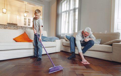 Ποιος καθαρίζει το σπίτι;