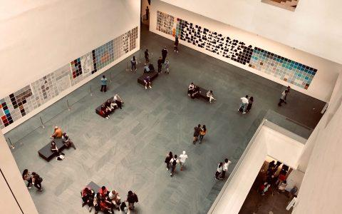 Το MoMA εγκαινιάζει δωρεάν διαδικτυακά μαθήματα μοντέρνας τέχνης, φωτογραφίας και μόδας