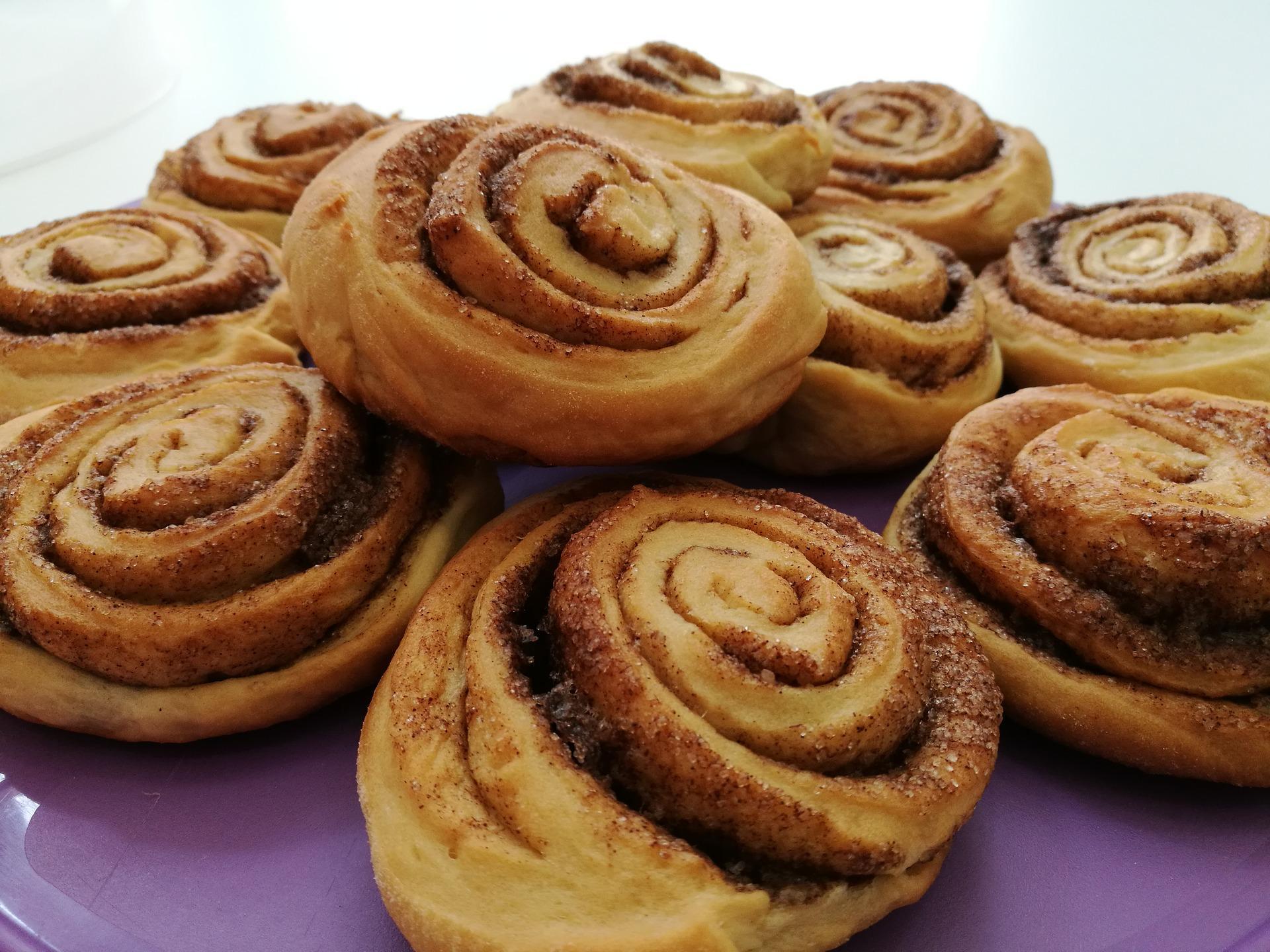 Εύκολα και λαχταριστά cinnamon rolls με γλάσο