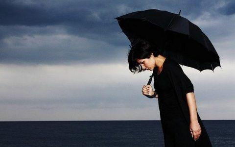 Ο Eckhart Tolle για την «αρνητική αιτίαση» και τις επιπτώσεις της