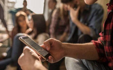Εθισμός των παιδιών με τα social media: «Δεν είμαι καλά, δεν έχω πολλά likes»