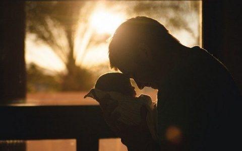 Η συμμετοχή του μπαμπά στη φροντίδα του μωρού δυναμώνει την οικογένεια