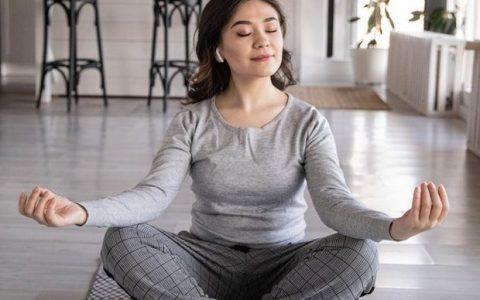 5 απλές ασκήσεις γιόγκα για να ξεκινήσετε την ημέρα σας