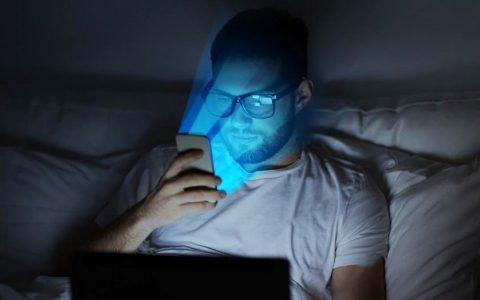 """Μύθοι και αλήθειες για το """"κακό"""" μπλε φως που εκπέμπουν οι ψηφιακές οθόνες αλλά και ο ήλιος"""