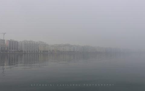 Το Λιμάνι της Θεσσαλονίκης στην ομίχλη, από την Ευφροσύνη Βασίλαρου