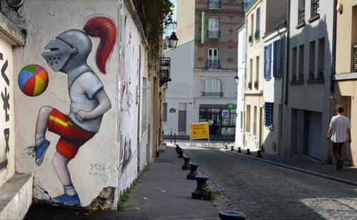Παιδιά με κράνη ιπποτών παίζουν στους δρόμους του Παρισιού!