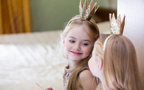 """Γιατί πρέπει να σταματήσουμε να λέμε διαρκώς στα κοριτσάκια """"πόσο όμορφα είναι"""""""