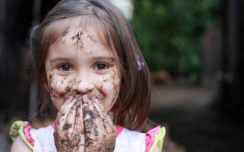 Όταν λέτε στα παιδιά να «μη λερωθούν», να αναφέρεστε στην ψυχή τους και όχι στα ρούχα τους