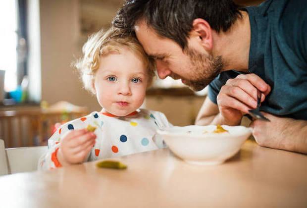 Οι μπαμπάδες ασχολούνται με τα παιδιά 3 φορές περισσότερο από τους δικούς τους μπαμπάδες