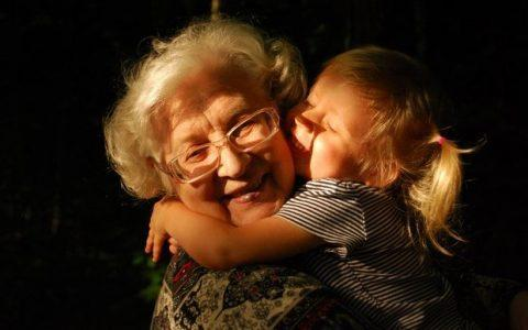 Όταν οι γιαγιάδες παίρνουν τη θέση των μαμάδων
