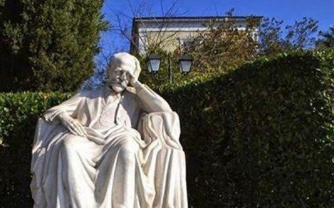 Αγάλματα, μια μαρμάρινη και σιωπηλή ιστορία... της Μαρίας Σκαμπαρδώνη
